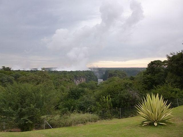 zicht op de spray van de watervallen van in de tuin vh VicFalls hotel